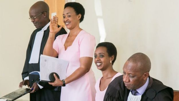 Diane Rwigara (wicaye wambaye umwambaro w'ibara ry'iroza uranga imfungwa mu Rwanda) na nyina Adeline Mukangemanyi mu rukiko rukuru i Kigali ku itariki ya 24 y'ukwezi gushize kwa cyenda