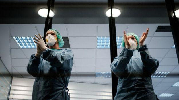 Personal sanitario sale a agradecer los aplausos de los ciudadanos que cada día a las 20:00 horas salen a los balcones a aplaudir.