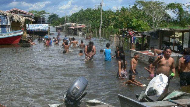 Pessoas em um bairro de Itacoatiara em 2009
