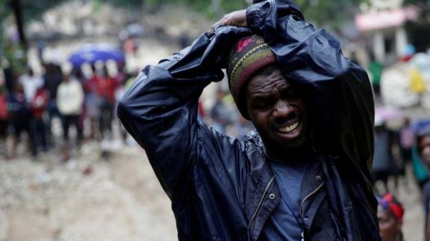 Este hombre reacciona al ver el cuerpo sin vida de su madre, quien murió tras el paso de la tormenta en Puerto Príncipe.