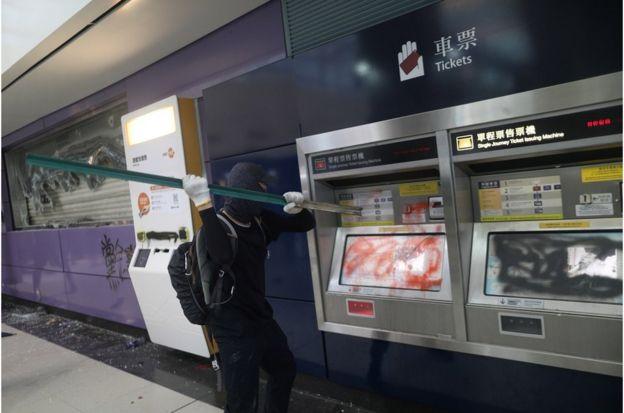 有示威者在东涌地铁站破坏购票机及闸机,并于机件上喷漆
