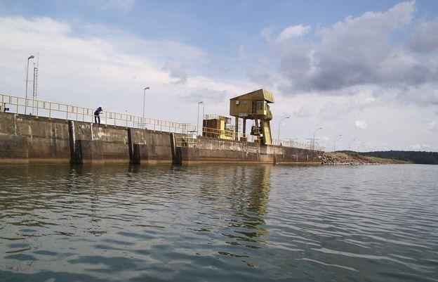 Barragem da usina hidrelétrica de Balbina