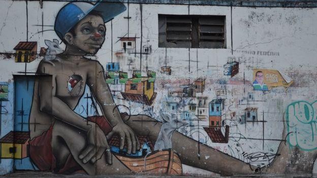 Graffiti de um menino de rua em muro de Salvador