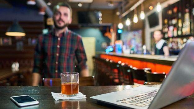 Homem em bar