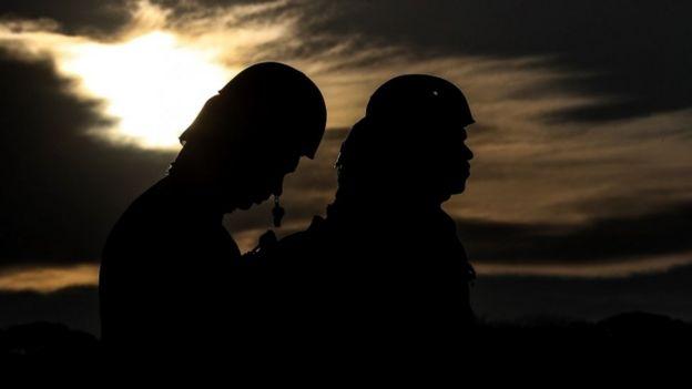 Bombeiros procuram por sobreviventes após rompimento da barragem em Brumadinho