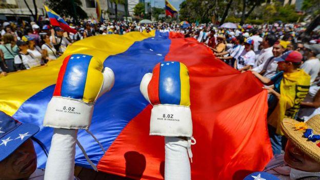 Caracas'ta binlerce kişi Guaido'yu karşıladı.