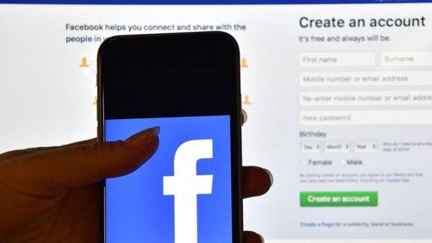 teléfono con el logo de Facebok