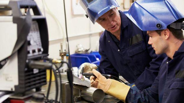 Engenheiros manuseando equipamentos