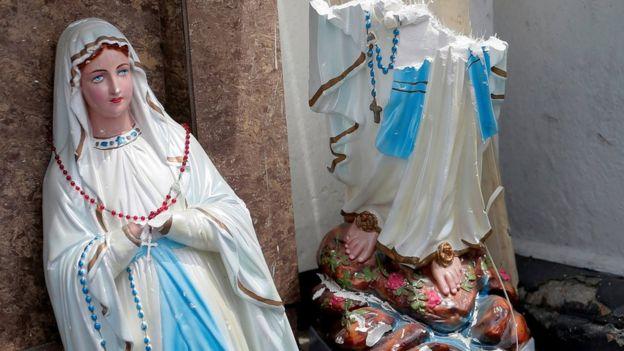 Una estatua rota de la Virgen María, en las afueras del santuario de San Antonio, en la capital de Sri Lanka, Colombo.