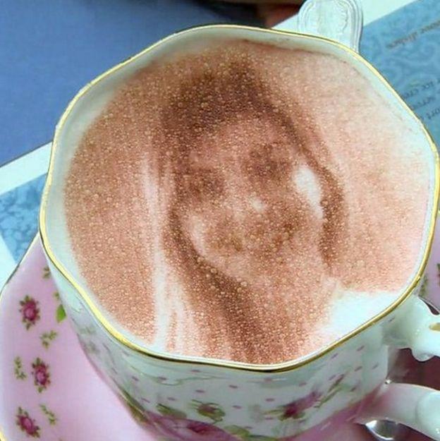 Cara en un café
