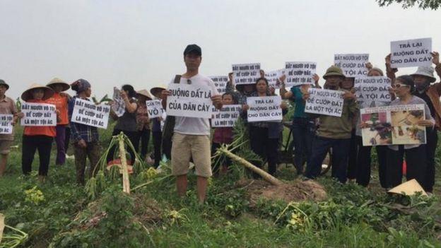 Trịnh Bá Phương cùng người dân Dương Nội trong một cuộc biểu tình đòi chính quyền trả lại đất