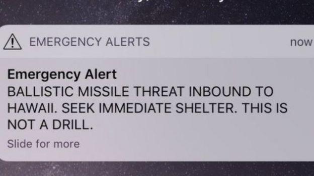 """Сообщение о тревоге: """"Угроза балистической ракеты направляется на Гаваи. Немедленно ищите убежище. Это не учения""""."""