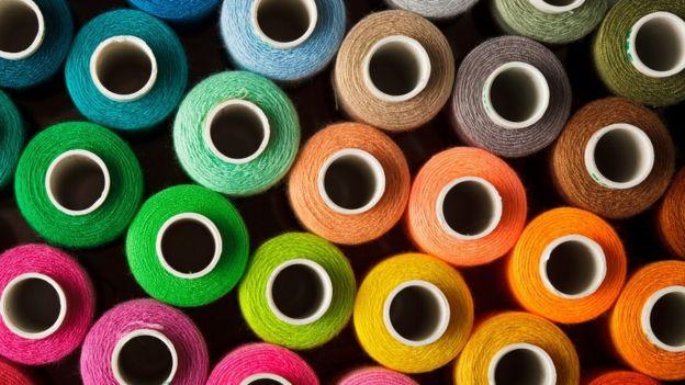 bobines de fil à coudre, de nombreuses couleurs différentes
