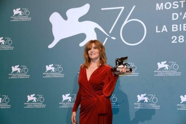امانوئل سنیه، همسر رومن پولانسکی، به جای او جایزه را دریافت کرد