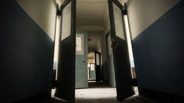 Portas abertas em corredor