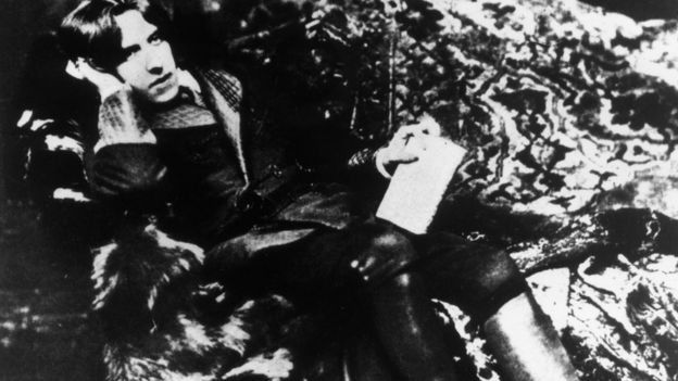 Процесс над Оскаром Уайльдом, которого обвиняли в грубой непристойности, обычно считают поворотным моментом в становлении гомосексуальной идентичности