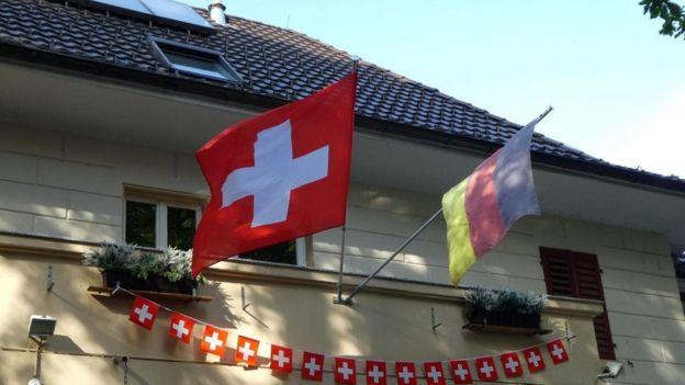 Bandeiras alemã e suíça Büsingen