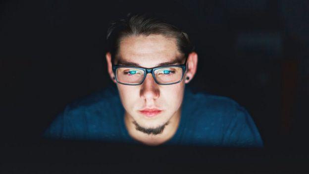 chico usando computadora