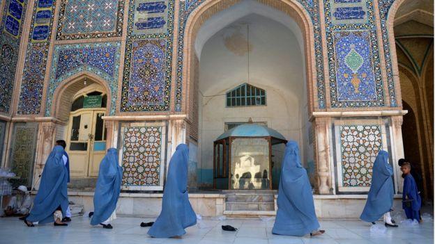 Afghan women walking