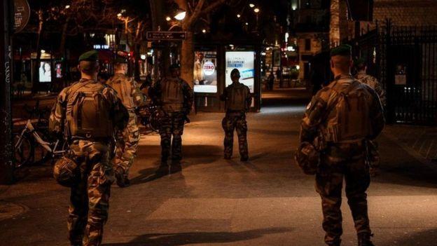Fransa sokaklarında askerler
