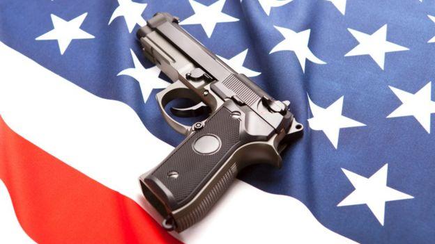 Pistola sobre bandera de EE.UU.