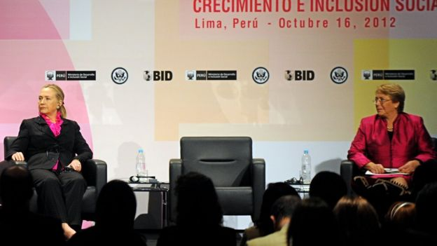 Michelle Bachelet junto a Hillary Clinton.
