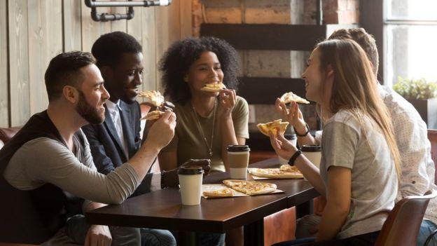 一群年轻人在吃薄饼