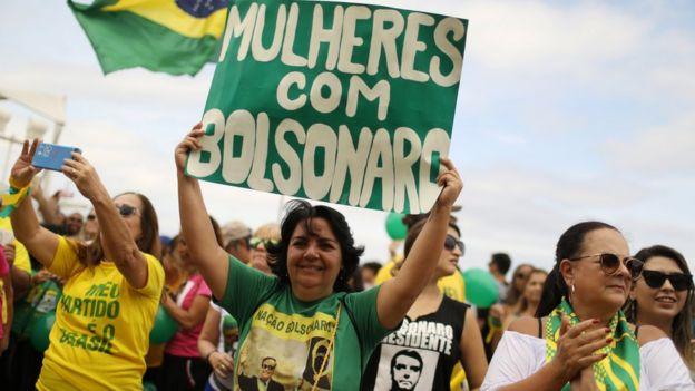 Mulheres com cartaz de apoio a Jair Bolsonaro. Entre o público feminino, Jair Bolsonaro tem 27% das intenções de voto, segundo pesquisa Datafolha