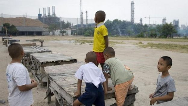 เด็ก ๆ ที่มาบตาพุดในชุมชนที่อยู่ติดกับโรงงานอุตสาหกรรม (แฟ้มภาพ)