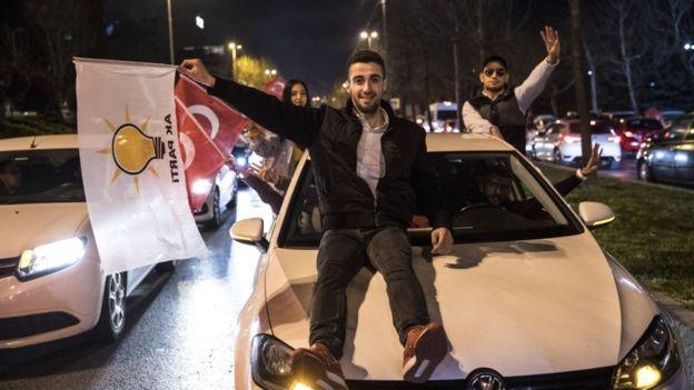 Сторонники партии Эрдогана празднуют в Стамбуле - но и оппозиционная Республиканская народная партия заявляет о победе там своего кандидата