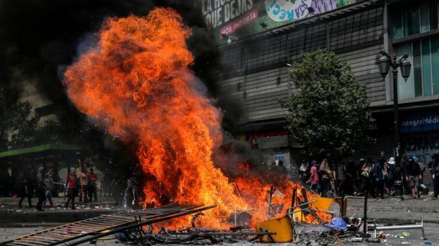 Fuego en las protestas en Santiago.