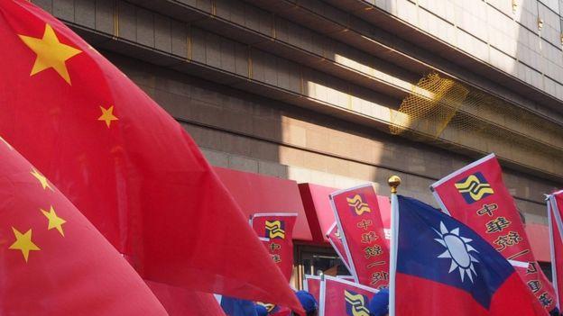 台灣親中國共產黨政黨中國統一促進黨黨旗及中華民國國旗。