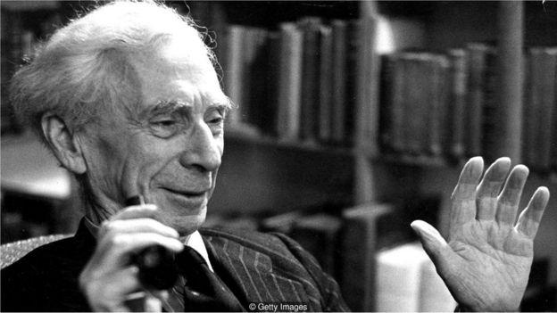 Fotografia em preto e branco do filósofo Bertrand Russell, que dizia que o culto à eficiência fez as pessoas perderem a capacidade de se despreocupar e se divertir