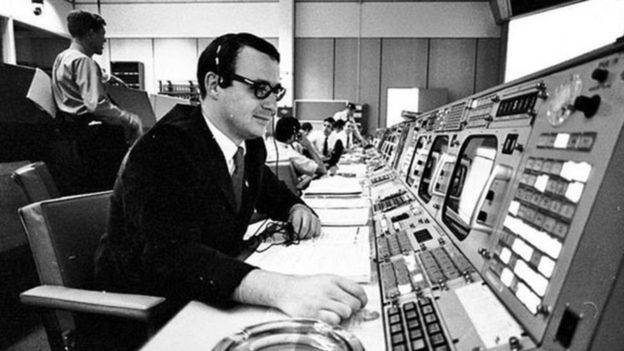 Steve Bales en el centro de control de la misión Apolo.