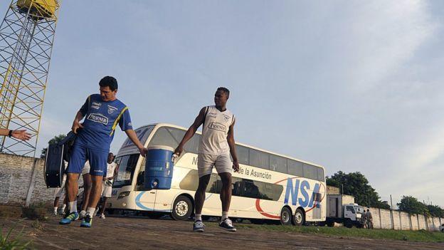 Futbolistas en un campo de Paraguay