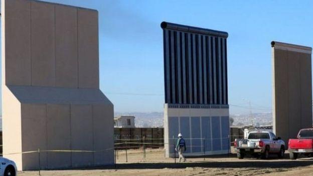 Contoh tembok yang digagas Trump dekat perbatasan AS-Meksiko di California.