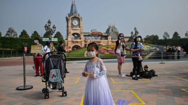 Una niña con una máscara en el parque en Shanghái, 11 de mayo, 2020