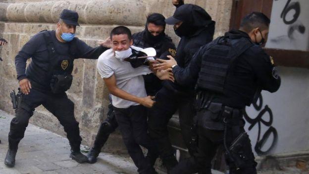 Gente asaltando durante una protesta por la muerte de Giovanni López