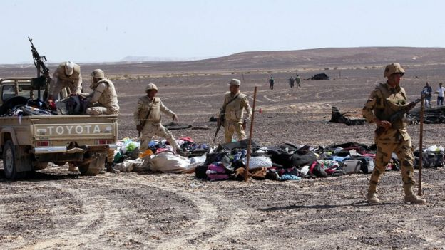 Egyptian army soldiers collect belongings of passengers from the site of crashed Russian jet in Sinai, Egypt on 1 November 2015
