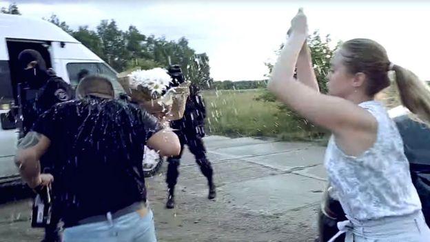 Yulia le lanza el ramillete a su futuro esposo.