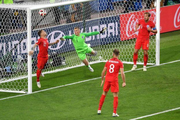 Trippier no puede llegar a la pelota en el gol de Yerry Mina.