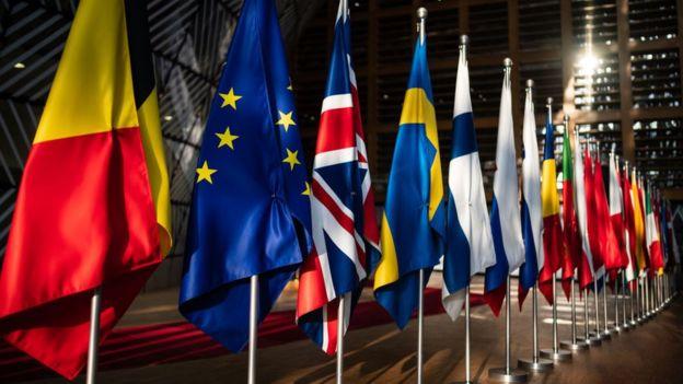 علم الاتحاد الأوروبي وسط أعلام الدول الأعضاء