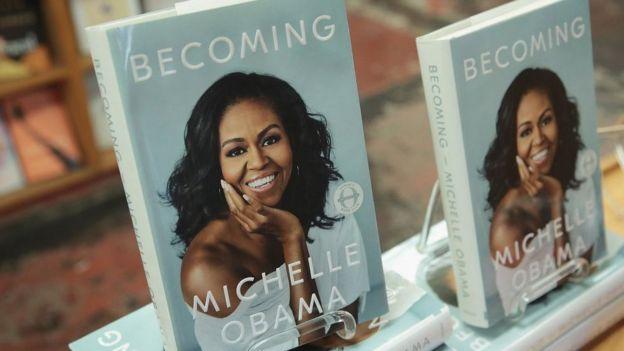 Ejemplares del libro de Michelle Obama
