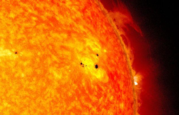 (ภาพจากฝีมือศิลปิน) การนับจำนวนจุดมืดบนดวงอาทิตย์ช่วยให้คำนวณการเริ่มต้นและสิ้นสุดวัฏจักรสุริยะแต่ละรอบได้