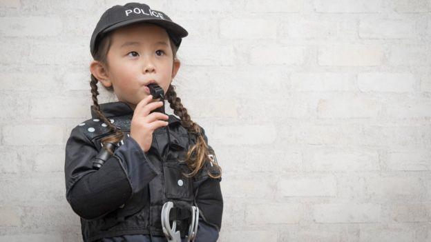 Niña disfrazada de policía