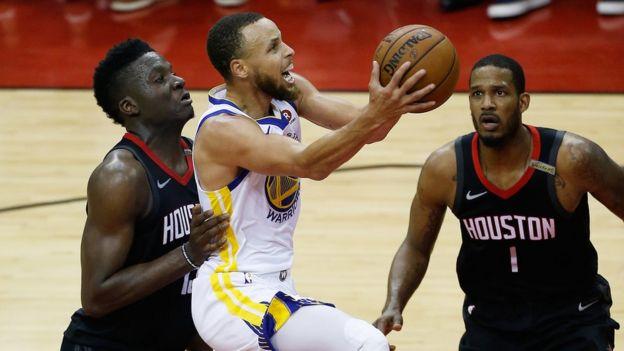 Stephen Curry lanza a canasta en un partido contra los Rockets.