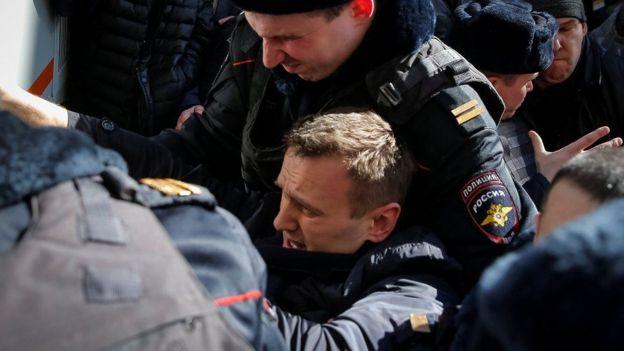 Alexei Navalny siendo detenido