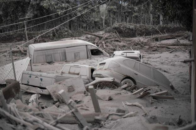 Imagem mostra diversos veículos em área atingida por erupção vulcânica na Guatemala