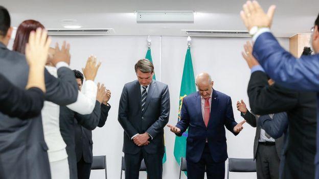 Bolsonaro fazendo oração
