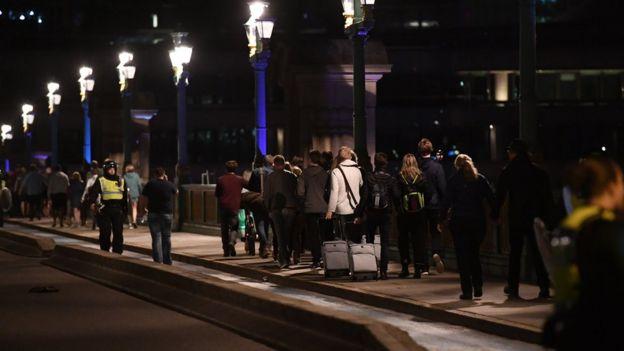 Polisi mengarahkan warga keluar dari lokasi serangan.
